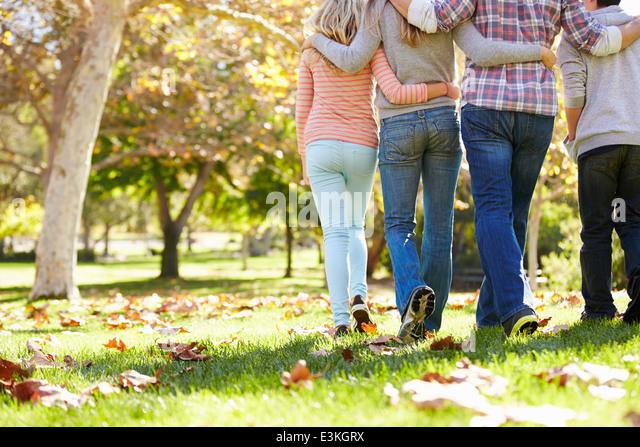 Rückansicht der Familie zu Fuß durch den Wald Herbst Stockbild