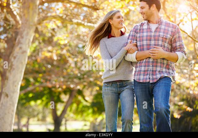 Romantisch zu zweit zu Fuß durch den Wald Herbst Stockbild