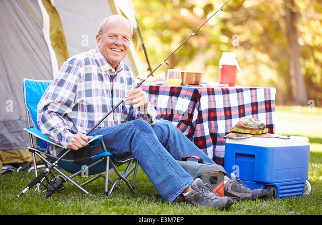 Senior Woman im Camping Urlaub mit Angelrute Stockbild