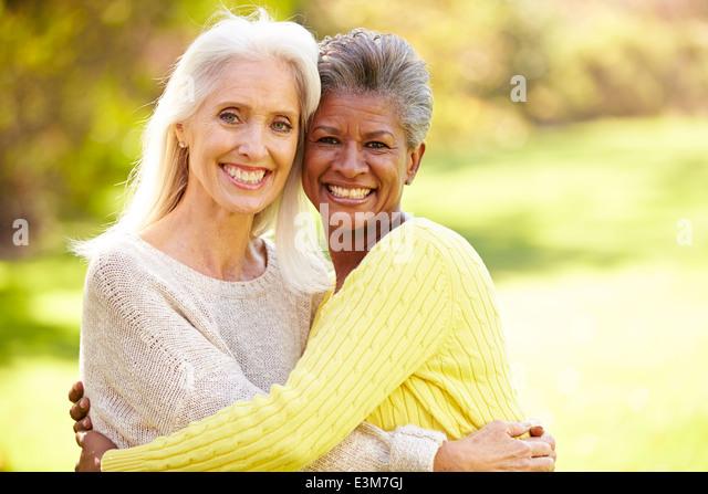 Porträt der beiden Reifen Freundinnen umarmen Stockbild