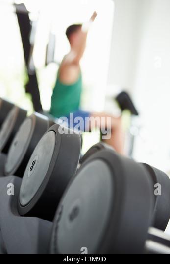 Abstrakte Sicht von Mann Training mit Gewichten im Fitnessstudio - Stock-Bilder