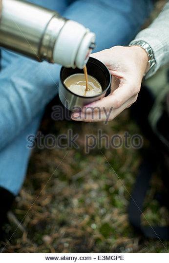 Beschnitten, Bild Mann Gießen Tasse Kaffee im freien Stockbild