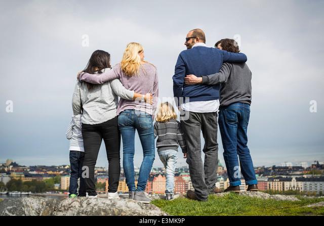 Voller Länge Rückansicht des homosexuellen Familien stehen am Seeufer Stockbild