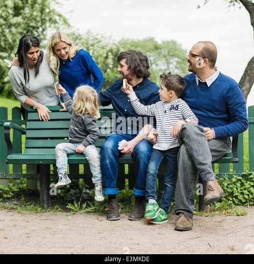 Homosexuelle Familien verbringen Freizeit im park Stockbild