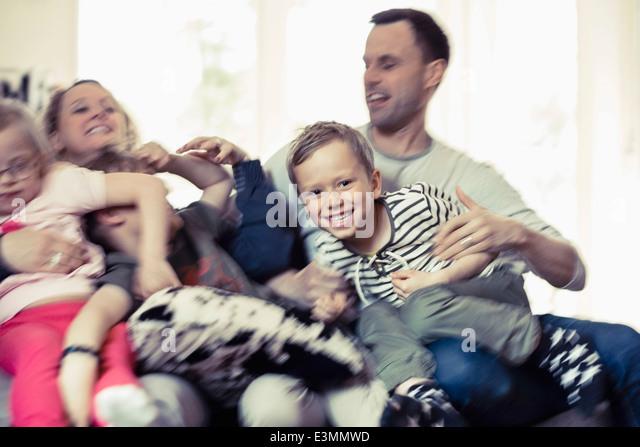 Glückliche Familie, die Freizeit zu Hause zu verbringen Stockbild