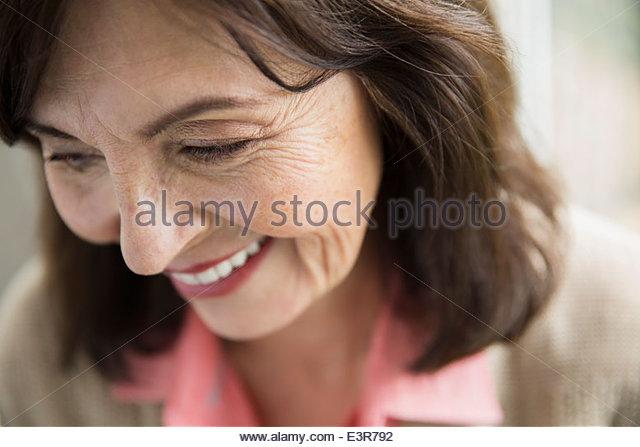 Nahaufnahme eines lächelnden Frau auf der Suche nach unten Stockbild