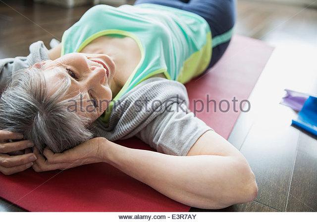 Frau, die Yoga-Matte auflegen Stockbild