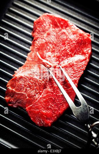 Marmorierte Rindersteak mit Fleischgabel in einem Grill pan Stockbild