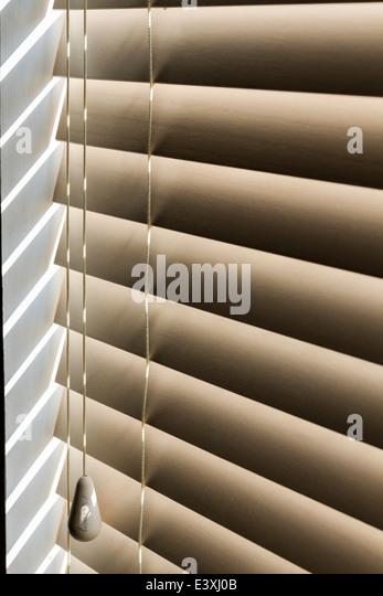 Sonnenlicht durchströmen Jalousie Lamellen mit Zugschnur. Stockbild