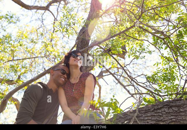Romantische junges Paar blicken Sie von Baum Stockbild