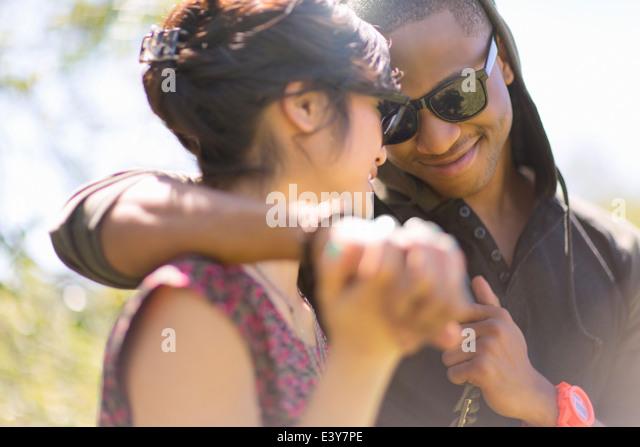 Nahaufnahme eines romantischen junge Paar Hand in Hand Stockbild