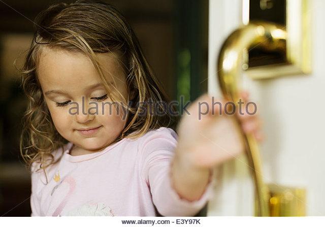 Weiblichen Kleinkind Türöffnung Stockbild