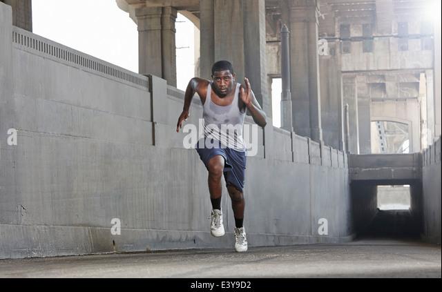 Junger Mann Geschwindigkeit überfahren Stadtbrücke Stockbild