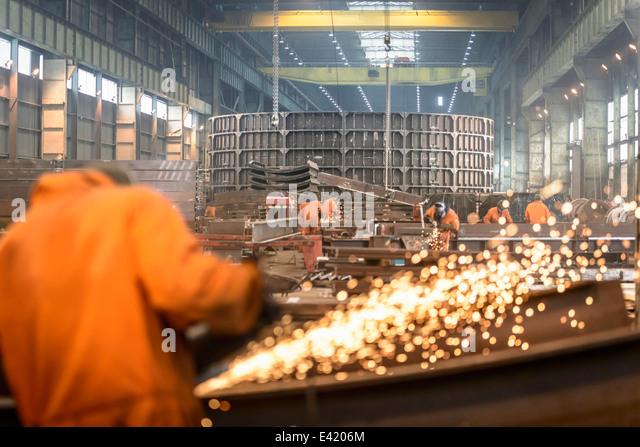 Schleifen von Metall-Konstruktion in marine Herstellung Fabrik Arbeiter Stockbild