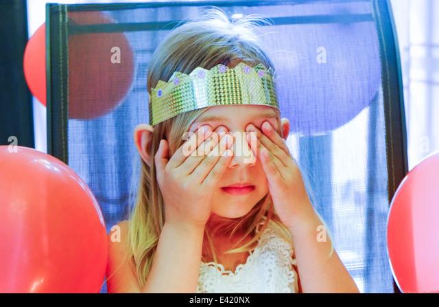 Mädchen mit geschlossenen Augen Geburtstag wünschen Stockbild