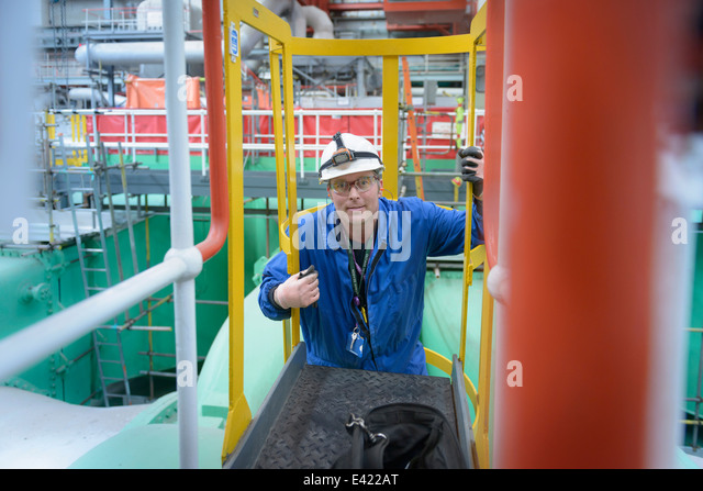 Elektroingenieur Inspektion Kabel während Kraftwerk Ausfalls, Porträt Stockbild
