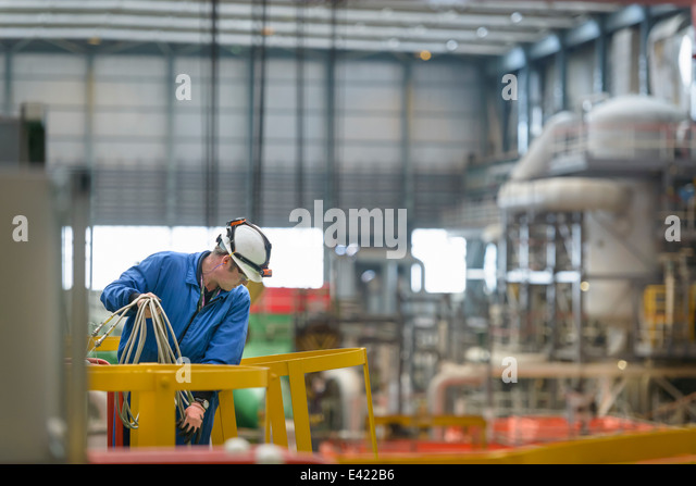 Elektro-Ingenieur Inspektion Kabel bei Kraftwerk Ausfall Stockbild