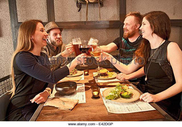 Freunde an Hipster Bar Toasten Stockbild