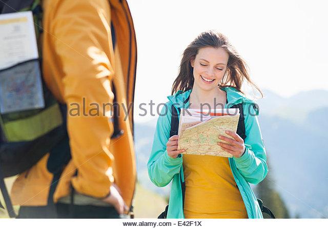 Mitte Erwachsene Frau Blick auf Karte Stockbild