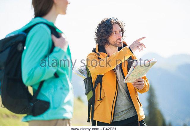 Mitte erwachsenen Mannes Blick auf Karte zeigen Stockbild