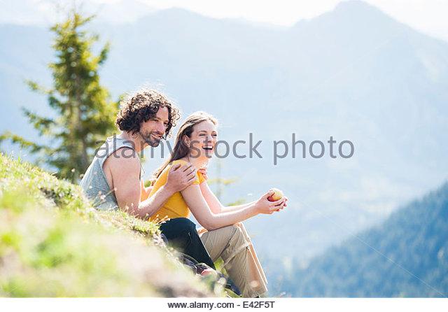 Mitte erwachsenes paar mit Picknick, Tegernsee, Bayern, Deutschland Stockbild