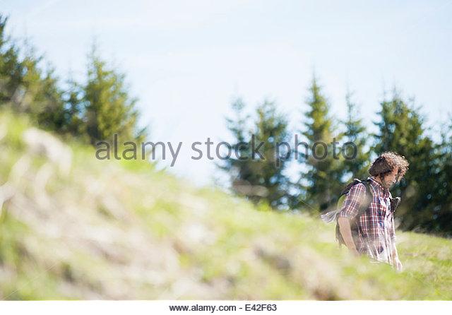 Mitte erwachsenen Mann zu Fuß in Tegernsee, Bayern, Deutschland Stockbild
