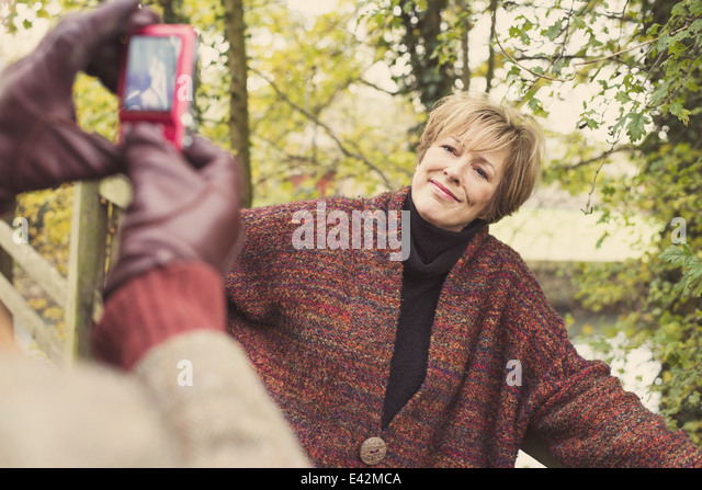 Menschen nehmen Foto von Frau auf Kamera-Handy Stockbild