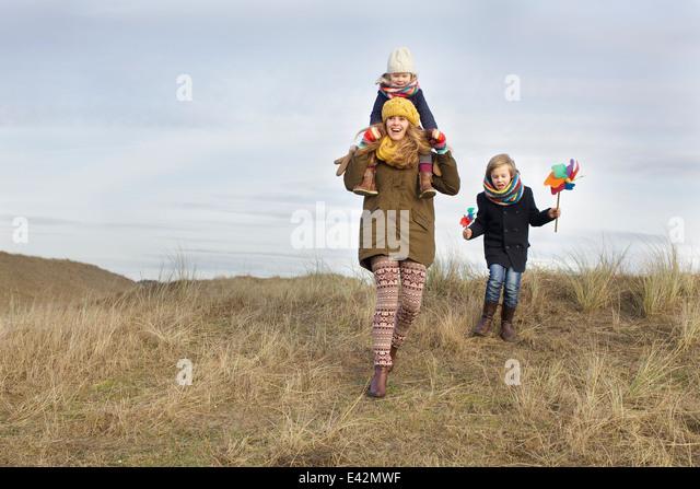 Lächelnd Mitte Erwachsene Frau mit Tochter und Sohn an Küste Stockbild