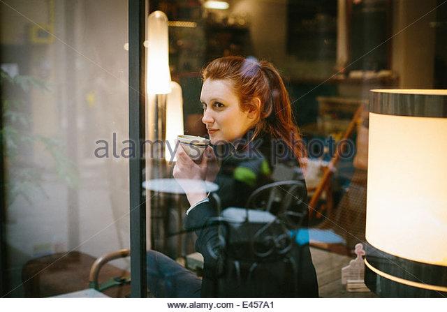 Frau sitzt im café Stockbild