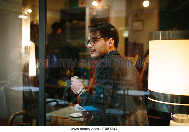 Mann sitzt im café Stockbild