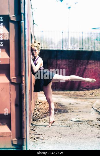 Moderne Tänzerin fällt eine Pose in einem städtischen park Stockbild