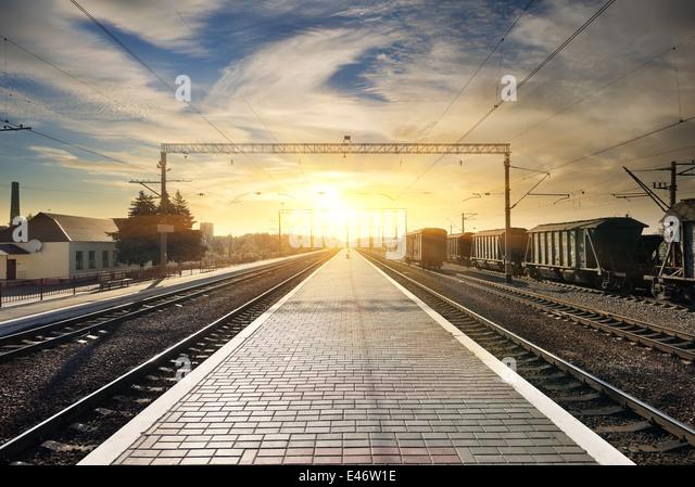 Boxcar auf der Station bei Sonnenuntergang mit Wolken Stockbild