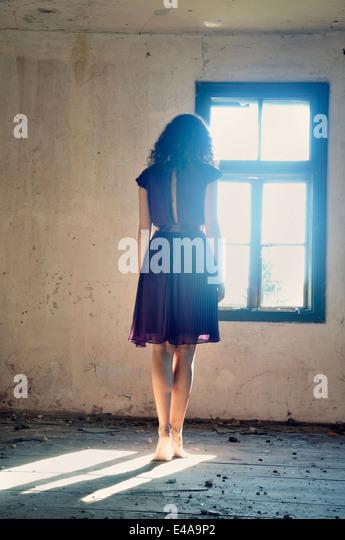 Junge Frau am Fenster - Stock-Bilder