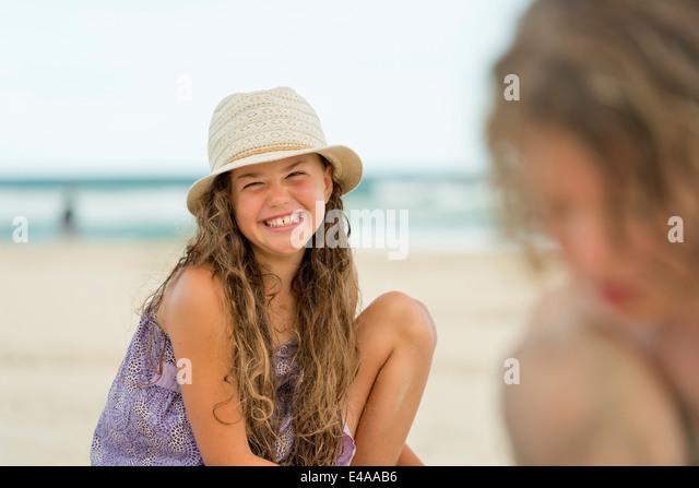 Australien, New South Wales, Pottsville, jungen und Mädchen spielen im Sand am Strand Stockbild