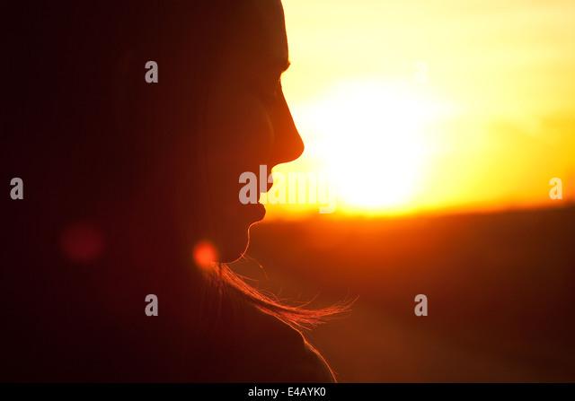 Schöne, glückliche junge Frau im Sonnenlicht Stockbild