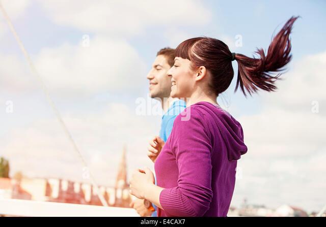 Junges Paar jogging auf Brücke, Osijek, Kroatien Stockbild