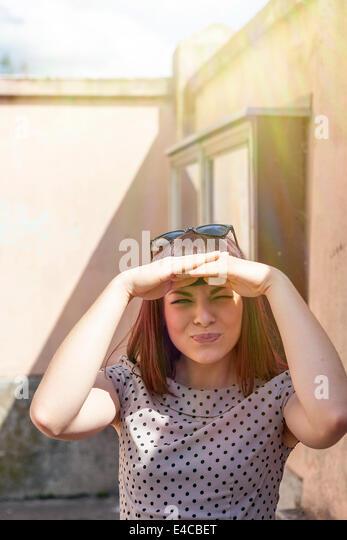 Junge Frau, die Hände Abdeckung Augen, Osijek, Kroatien Stockbild