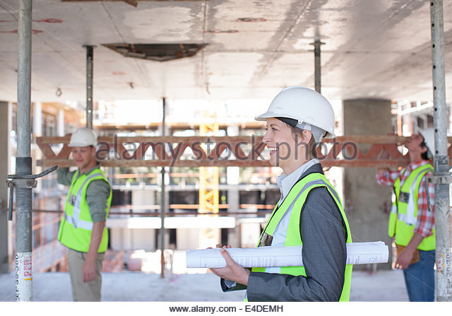 Bauarbeiter mit Blaupausen auf Baustelle Stockbild