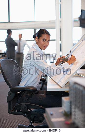 Architekt Zeichnungs Blaupause im Büro Stockbild