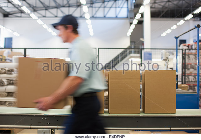 Arbeiter tragen Box im Bereich Versand - Stock-Bilder