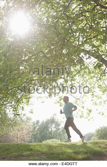 Entschlossenen Mann Joggen im freien Stockbild