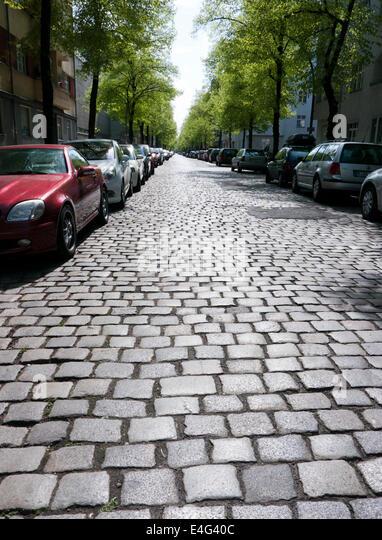 Eine gepflasterte Straße in Neukoln Berlin Deutschland Stockbild
