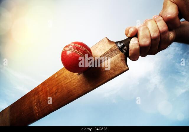 Cricketball Spieler schlagen Stockbild