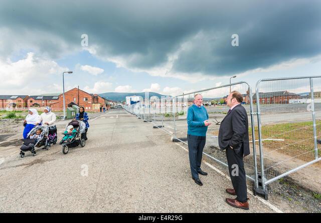 Alte Straßen aus der Donegall Straße, Belfast, für Sanierung geräumt.  Zwei Kulturen entstehen. Stockbild