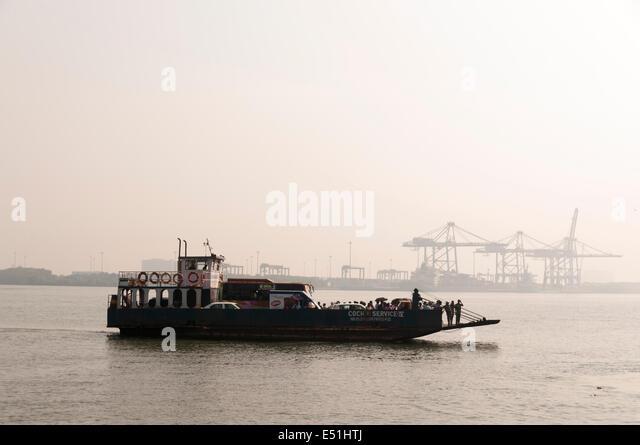 Fähr-Boot mit Menschen und Autos, Indien Stockbild