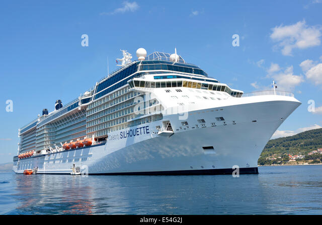 """Celebrity Cruises """"Silhouette"""" Liner verankert vor der Küste bei einem Besuch in Split in Kroatien Stockbild"""