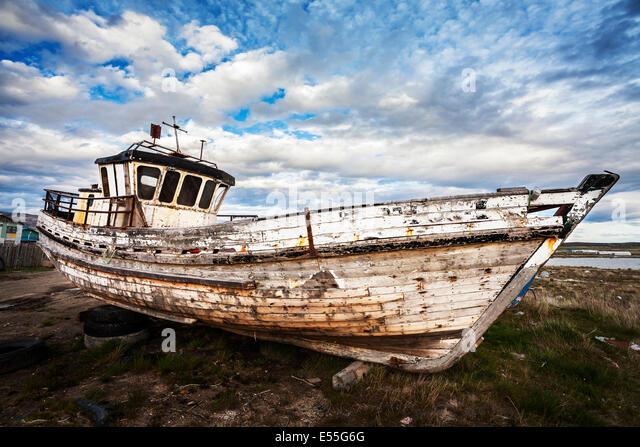 Altes Boot auf verlassenen Schrottplatz. Stockbild