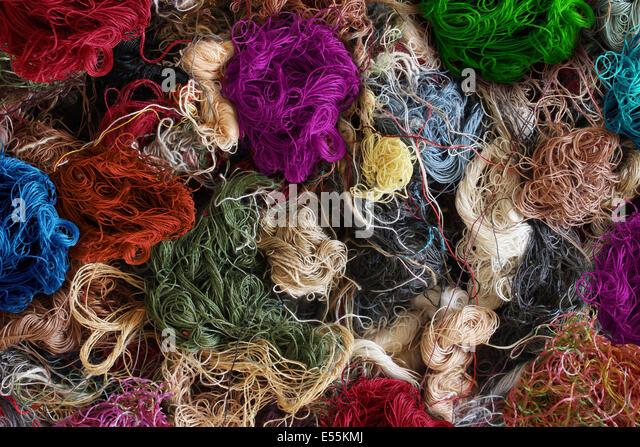 Textil Industrie Hintergrund als eine Gruppe von Multi farbige verschränkten Nähfäden als Symbol Stockbild