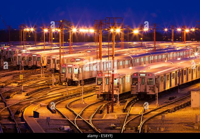 Die Greenwood U-Bahn Yards in der Dämmerung zu sehen. Toronto, Ontario, Kanada. Stockbild