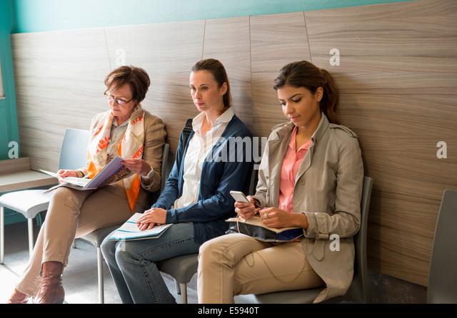 Drei Frauen im Wartebereich des Krankenhauses Stockbild